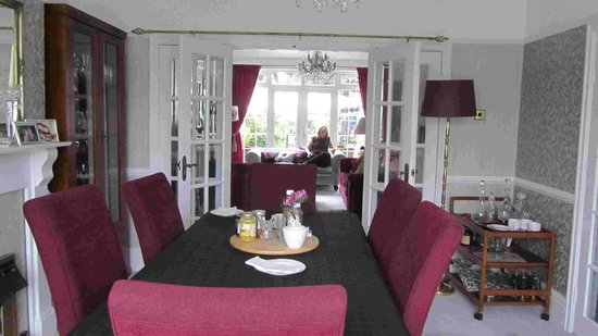 The Avenue Bed and Breakfast: Dining table