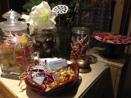 Hotel Cosy: Candy front desk