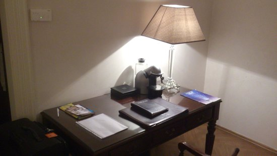 Savic Hotel: Escritorio con cafetera Nespresso