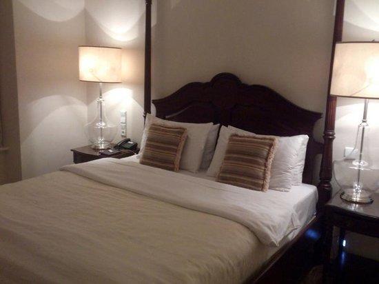 Savic Hotel: Cama enorme y cómoda