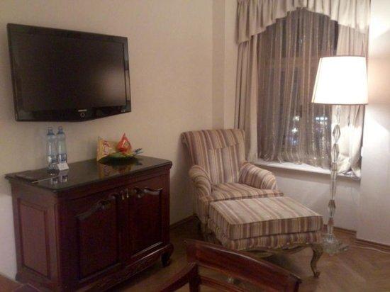 Savic Hotel: Pequeño sofa con reposa pies
