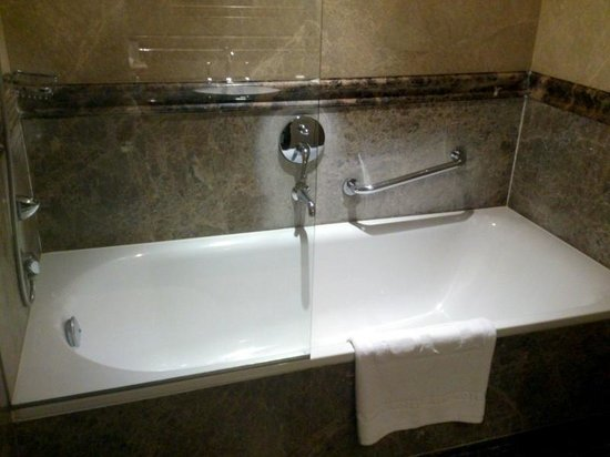Savic Hotel: Bañera ducha