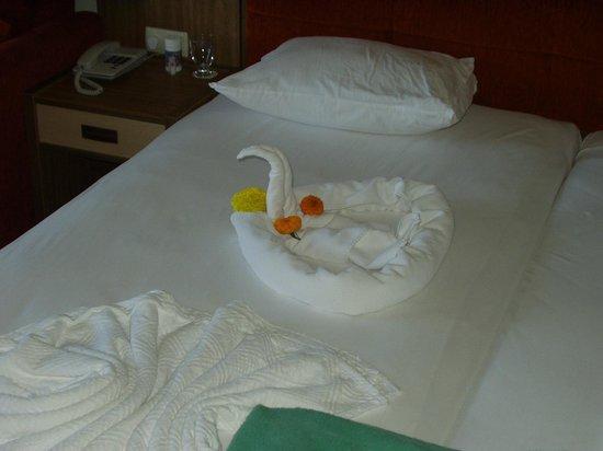 TUI BLUE Palm Garden : прелестный лебедь на кровати