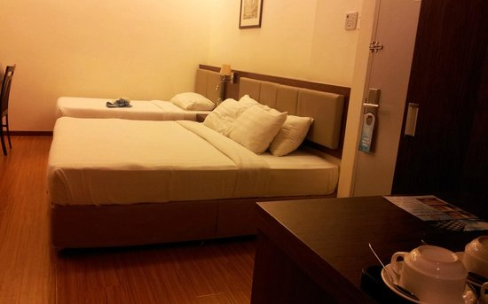 Seemsoon Hotel: Beds to the right of the door.