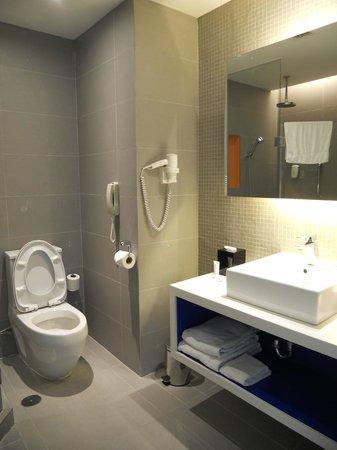 Park Inn by Radisson Davao: Sink and Toilet at the Park Inn Davao