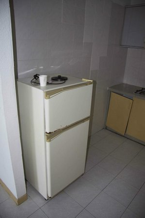 Sri Sayang Resort Service Apartment: Cuisine délabrées et prises hors d'usage