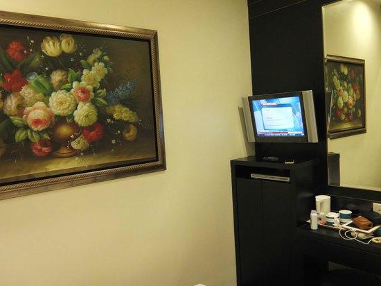 โรงแรม 81 โคแวน: No windows. Only a ghostly photo. Small TV