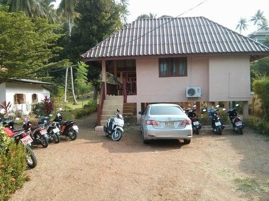 The Smile Hinkong Resort: Sympa le parking devant le bugalow