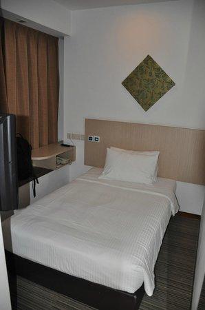 Aqueen Hotel Balestier: Bed area