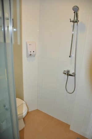 Aqueen Hotel Balestier : Shower/toilet area