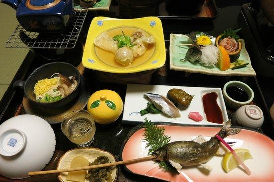 Kamiyuso: この料理にぼたん鍋がついて、本当に満腹です。