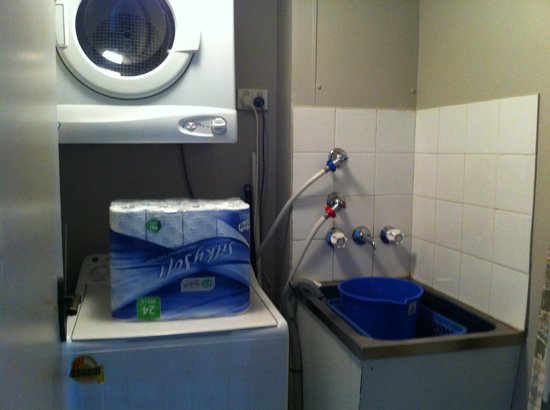 Moorings on Cavill Avenue : Laundry