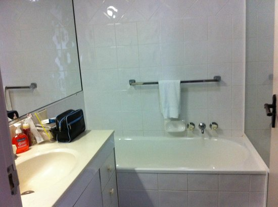 Moorings on Cavill Avenue : Bathroom