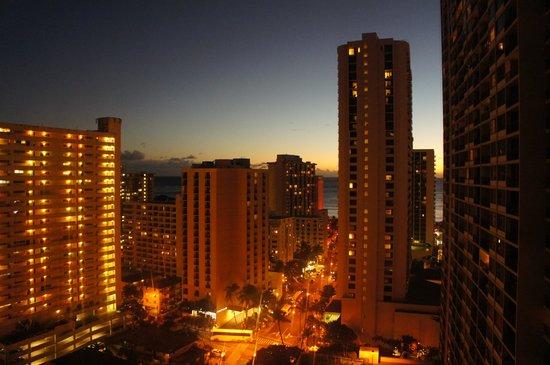 Aston at the Waikiki Banyan: 部屋からの夕景