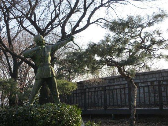 The Shilla Seoul: Shilla Hotel - statue in park