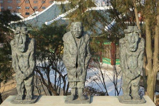 The Shilla Seoul: Shilla Hotel - statues in park