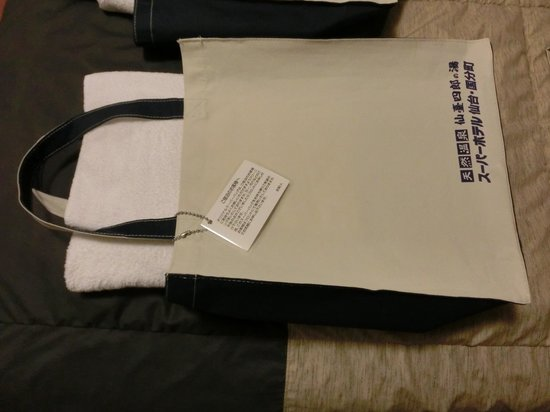 Super Hotel Inn Sendai Kokubuncho : 大浴場に持って行くバッグ(部屋に備え付け)