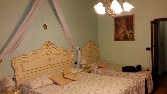 La Terrazza di Montepulciano: Una delle stanze, una più bella delle altre. Alcune hanno anche la cromoterapia.  E Roberto si s