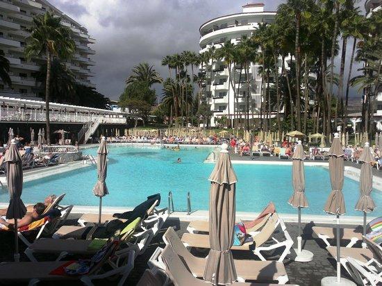 Hotel Servatur Waikiki: Piscina desde el bar