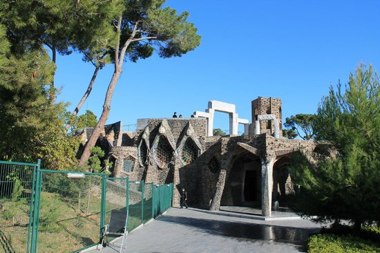 Colonia Guell  Gaudi Crypt : 外側