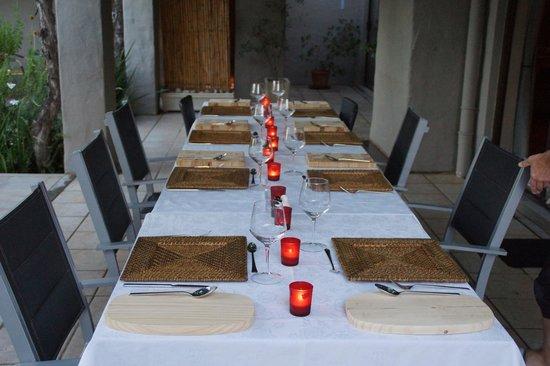 Villa Rustique Bed and Breakfast: Gedeckter Tisch zum Abendessen