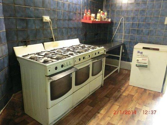 Ozi Inn Backpackers: kitchen