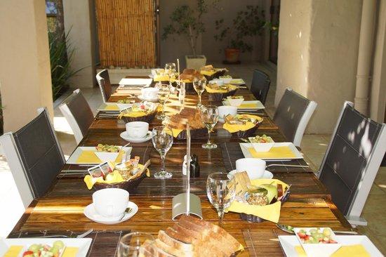 Villa Rustique Bed and Breakfast: Frühstückstisch