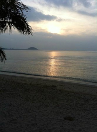 Centra by Centara Coconut Beach Resort Samui : Sunrise at the beach