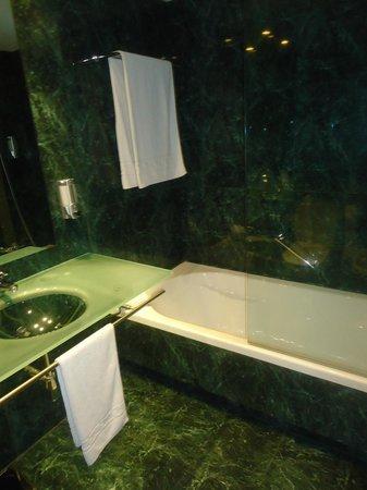 Hotel H2 Jerez: Lavabo y bañera