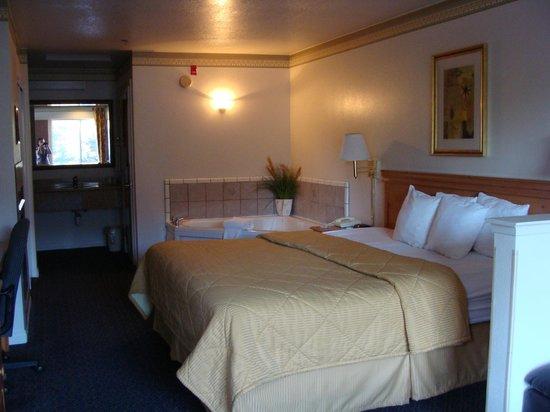 Comfort Inn & Suites Sequoia Kings Canyon : Letto matrimoniale con vasca idromassaggio adiacente!