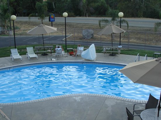 Comfort Inn & Suites Sequoia Kings Canyon: Piscina