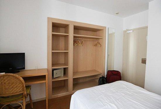 Hotel Ubaldo: Шкаф в номере // Wardrobe