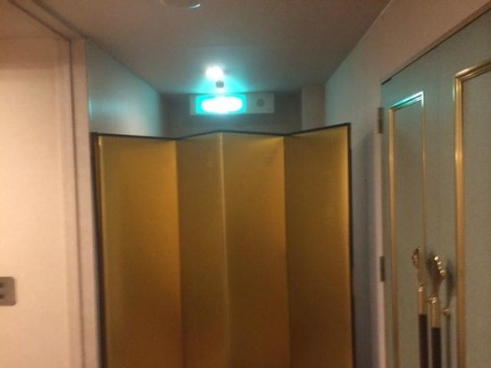 Kanku Joytel Hotel: 非常口に行く別の通路(普段通れない)