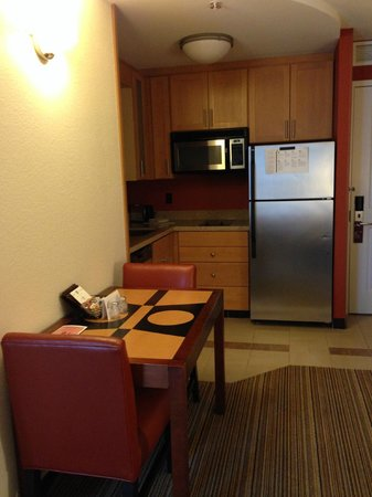 Residence Inn Austin Downtown / Convention Center: Kitchen and dining