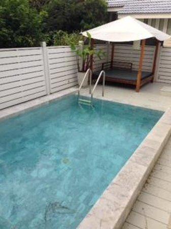 Centara Grand Beach Resort & Villas Hua Hin: Pool and day bed at 410