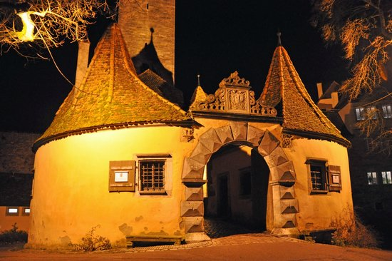 Burggarten: Night view of the Castle Gate Tower (Burgtor)