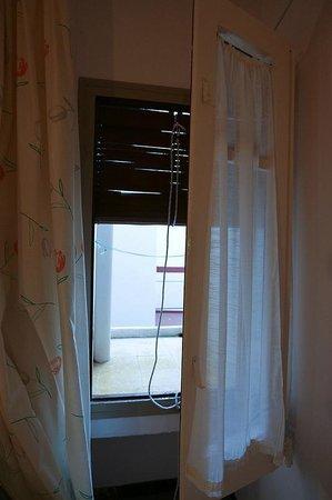 Hotel Maria Rosa : Вид из окна во двор // Window view