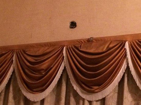 Kings Crown Resort: holes in the walls