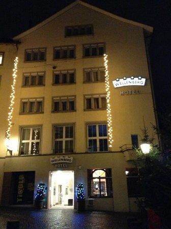 Hotel Wellenberg: fachada do hotel noturna