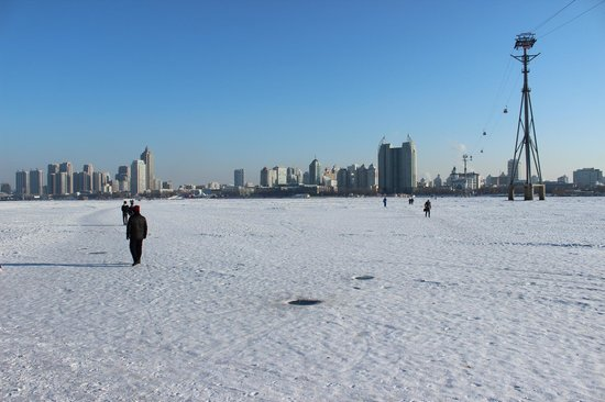 Sun Island (Tai Yang Dao): Walking across the frozen river….only about 300m