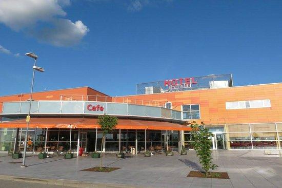 Hotel Sermutas: The hotel and restaurant.