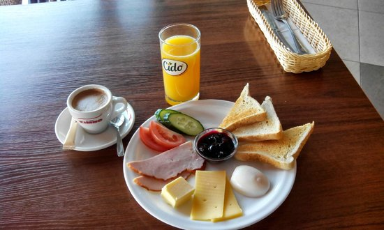 Hotel Sermutas: Breakfast at the hotel.