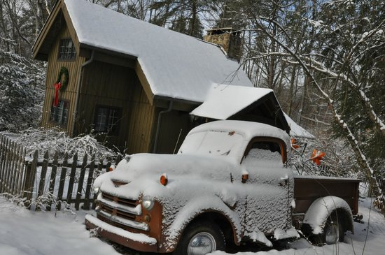 Robinwood Inn: An old pickup parked out front adds to the decor