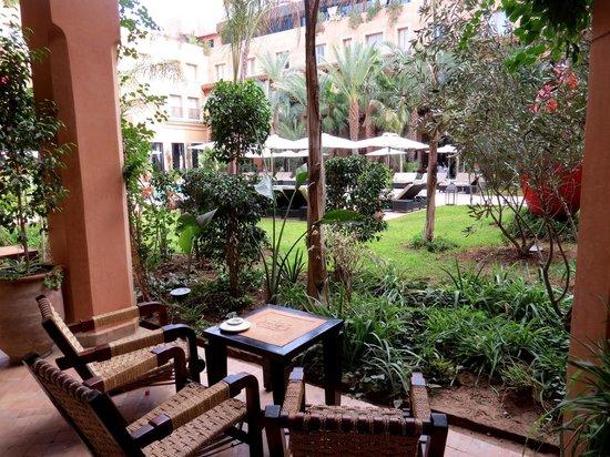 Les Jardins de La Koutoubia : They serve drinks right on the terrace.