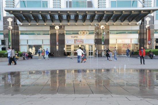 Taipei 101 (Taipei Financial Center): ビルの北側玄関には噴水が有り、BGMとともに様様なパターンで水を噴き上げています。