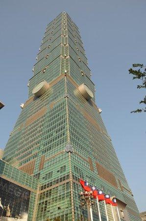 Taipei 101 (Taipei Financial Center): 全体を撮るには、建物からかなり離れないと無理ですネ!