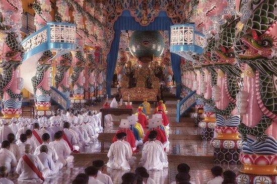 Cao Dai Temple: Cao Dai Tempel  binnenkamt tijdens ceremonie