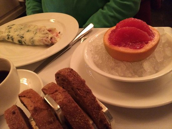 Dean Street Townhouse Hotel & Dining Room : Omelet og grape på is.