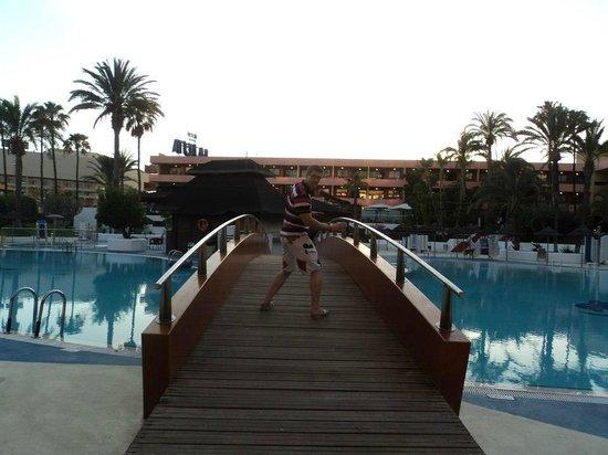 La Siesta Hotel: bridge over the pool