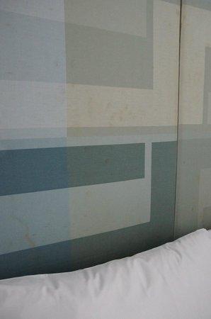 Le Fenix Sukhumvit : Dreck-Flecken an der Teppich-Tapete